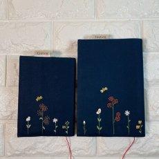 画像1: 【クチュール/雑貨】バタフライ&ビー手刺繍ブックカバー*ネイビー* (1)